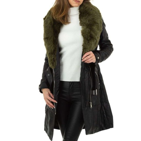 Stylish lange jas zwarte in leatherlook met groene pels.