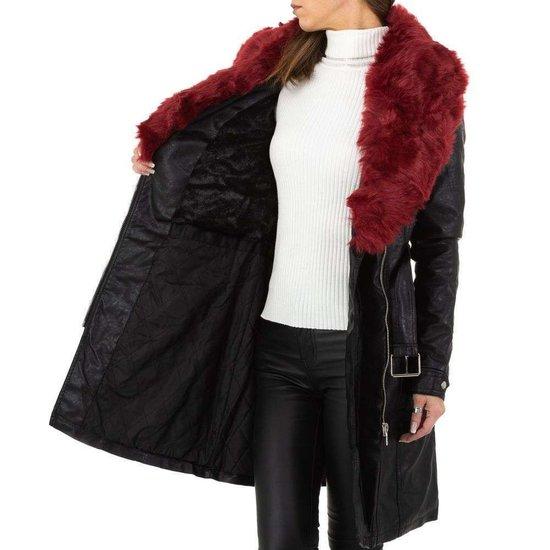 Stylish lange jas zwarte in leatherlook met bordeaux pels.