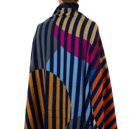 Sjaal met blauwe lijnen.