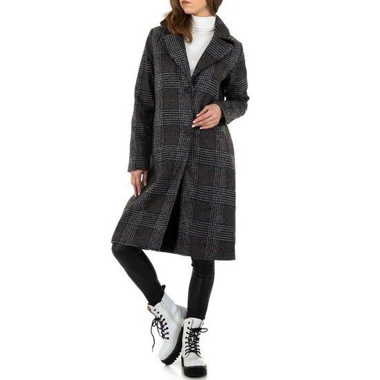 Donker grijze geruite jas.