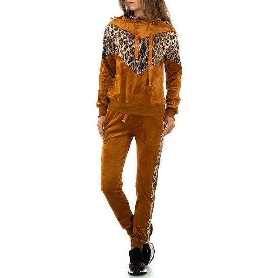 Trendy camel loungewear in velours.