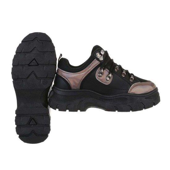 Trendy lage zwarte sneaker Pela.