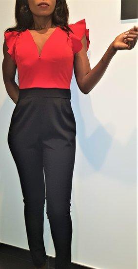 Modieuze zwart/rode jumpsuit.