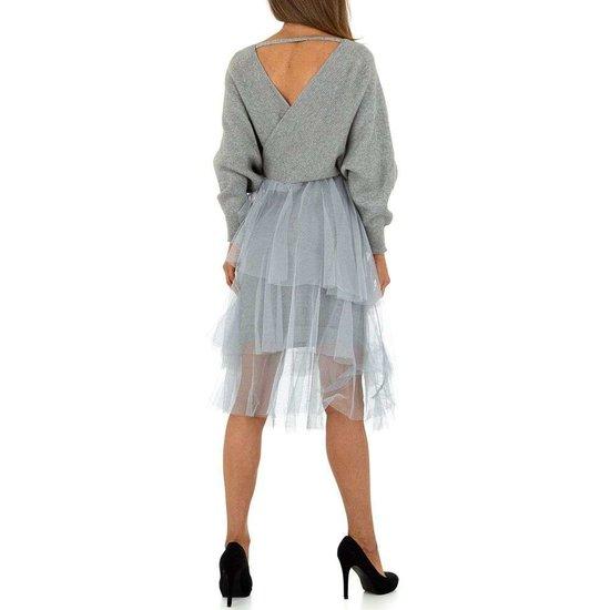 Grijze gebreide jurk.