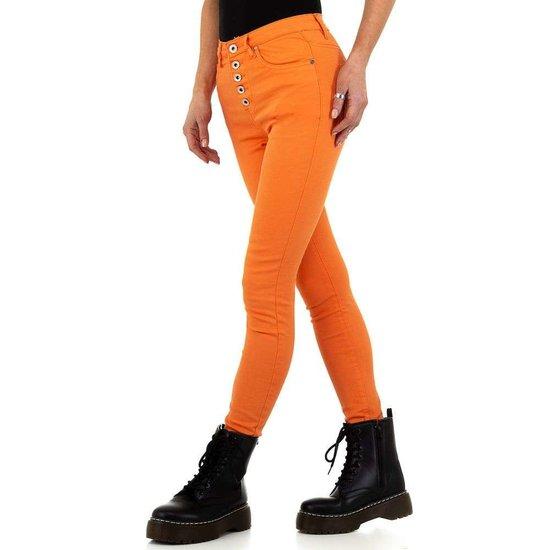 Trendy oranje jeans.