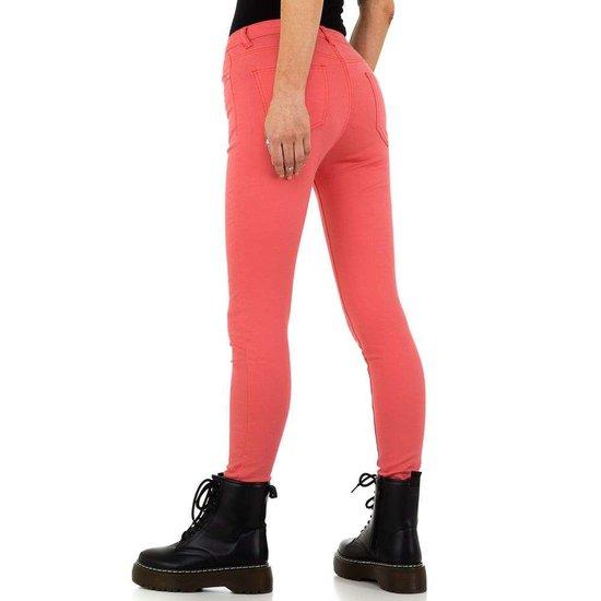 Trendy koraalrode jeans.