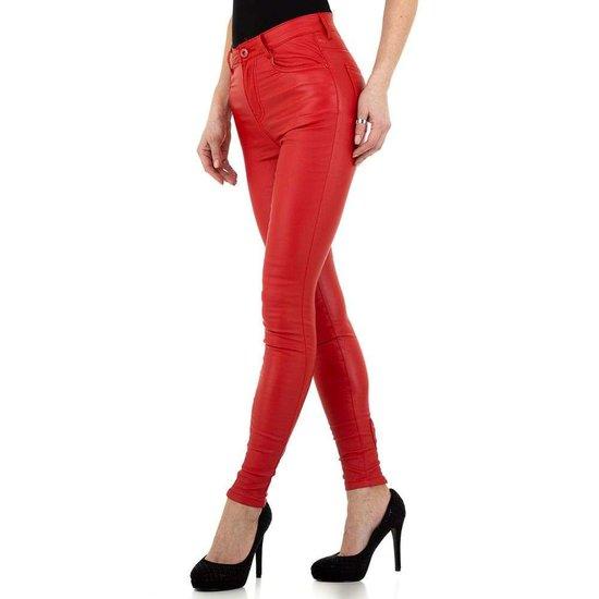 Rode leatherlook broek met hoge taille.