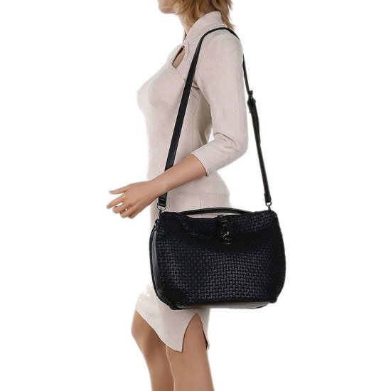 Zwarte schoudertas in zadelvorm.