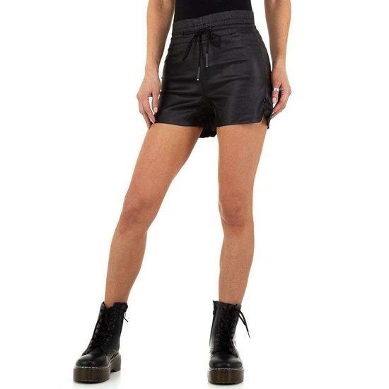 Hippe zwarte leatherlook short.