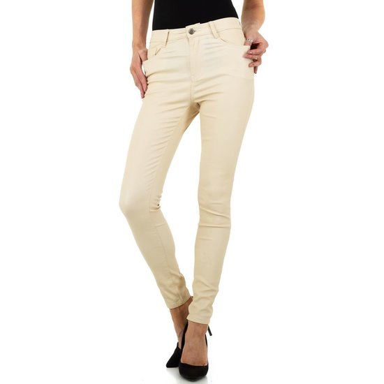 Trendy cream leatherlook broek.
