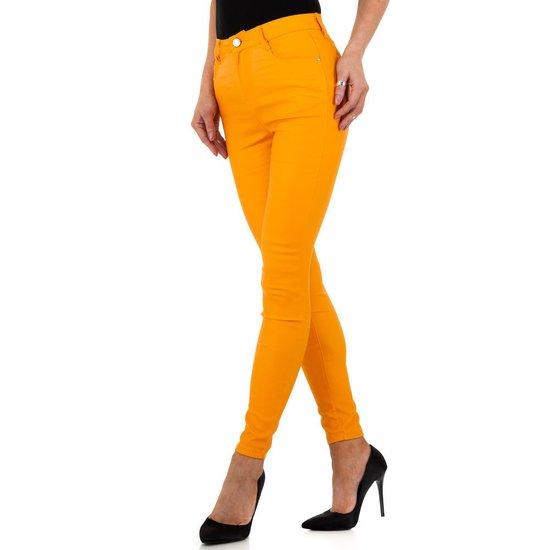Trendy oranje leatherlook broek.