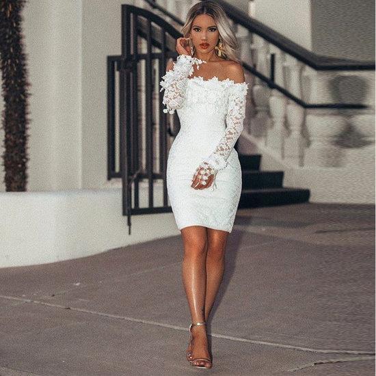 Trendy mini kanten jurk met lange mouwen.
