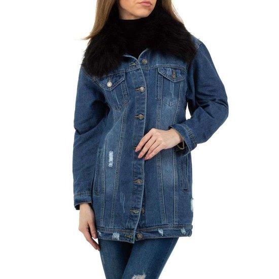 Trendy jeans jas met zwarte afneembare pels.