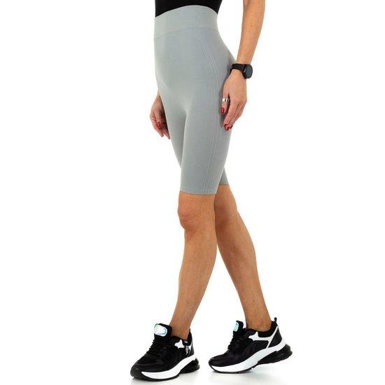 Grijze sportieve short.