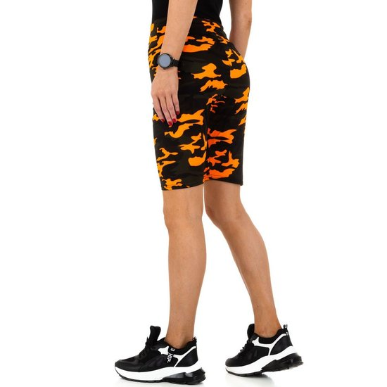 Oranje-zwarte sportieve short.