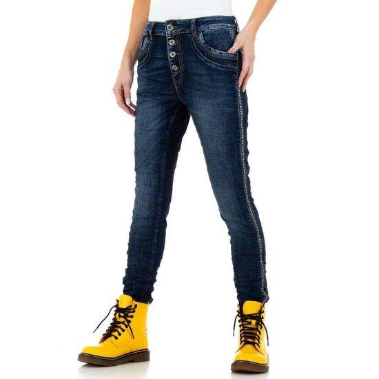 Trendy blauwe boyfriend jeans met stud decoratie.