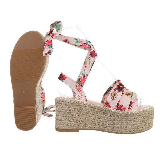Beige sandaal met sleehak Pifo.