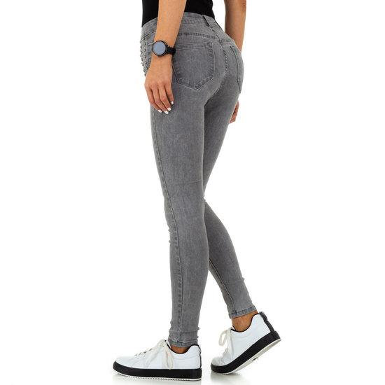 Grijze jeans met studs.