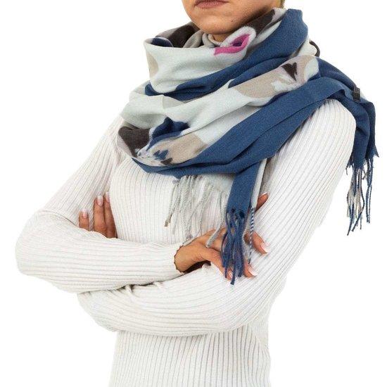 Blauwe sjaal met bloemmotief.