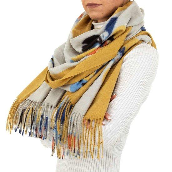 Gele sjaal met bloemmotief.