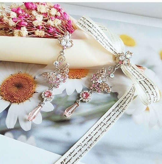 Elegante zilveren oorbellen met motief in tasselvorm.