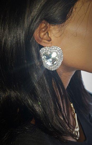 Grote fashion zilveren oorbellen in hartvorm.
