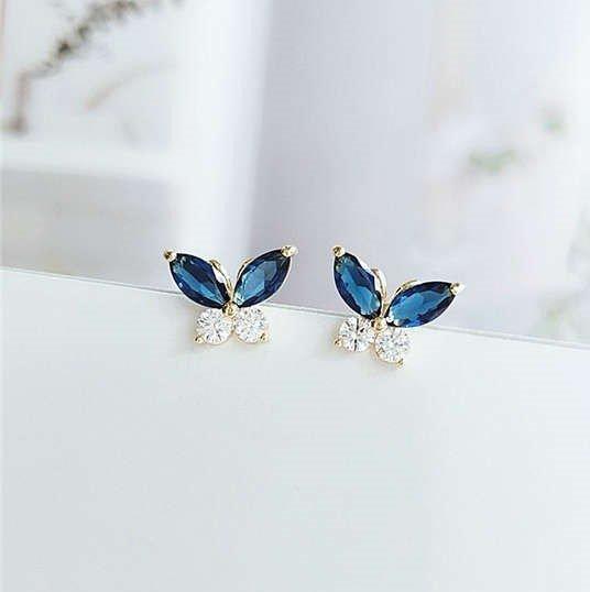 Fijne blauwe oorbellen met vlindermotief.