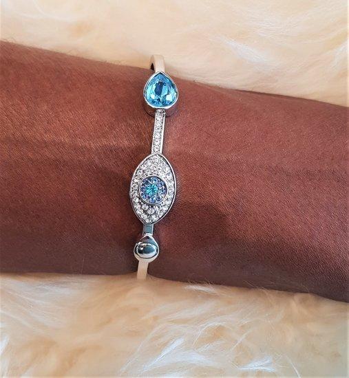 Elegante platinium armband met blauw motief.