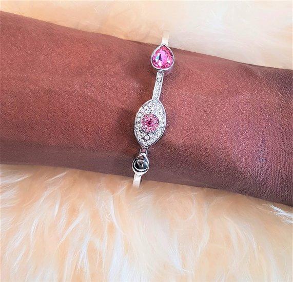 Elegante platinium armband met rose motief.