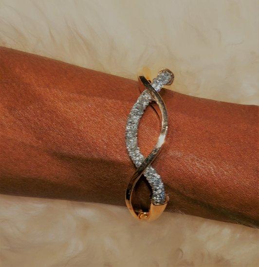 Gouden design armband met zilveren strass.