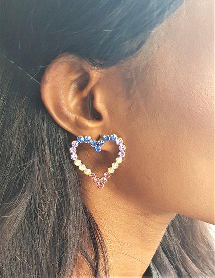Mixed coloured oorbellen.