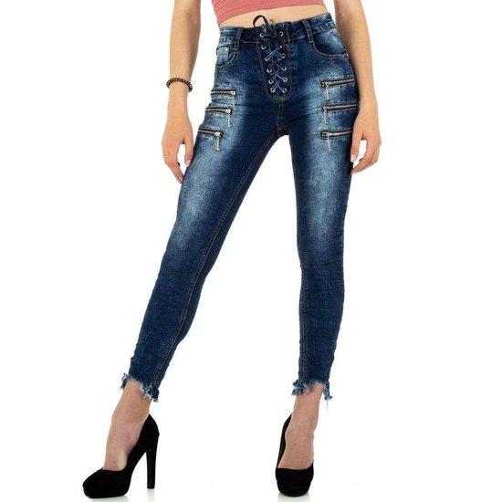 Fashion blue jeans met ritsversiering.