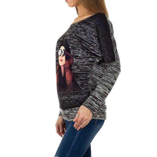 Fashion zwarte sweatshirt met print van hippe vrouw.