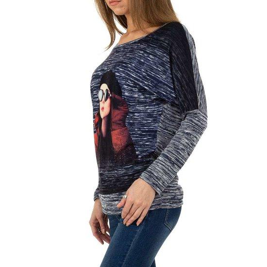 Fashion blauwe sweatshirt met print van hippe vrouw.