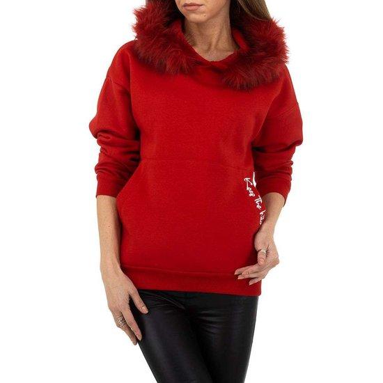Rode sweater met pelsen kraag.