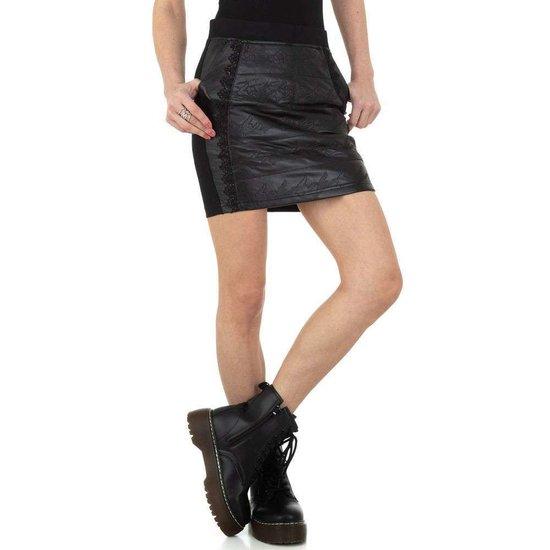 Trendy zwarte korte leatherlook rok.
