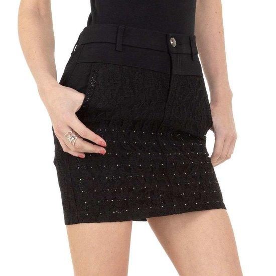 Trendy korte zwarte rok met decoratie.