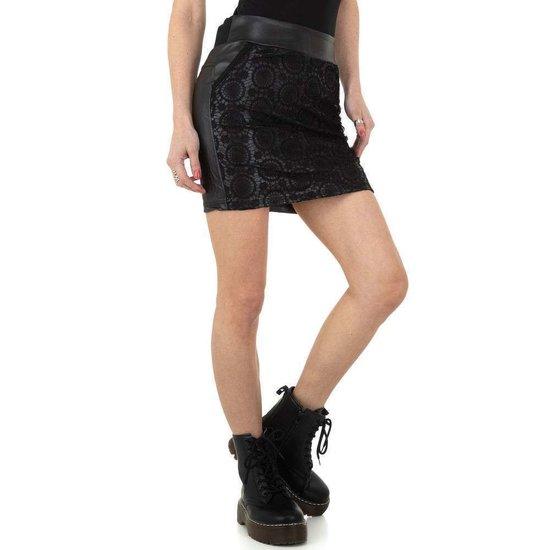 Trendy korte zwarte leatherlook rok met decoratie.