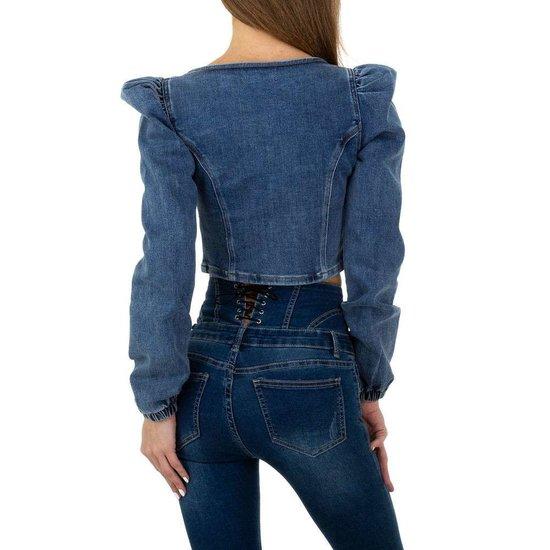 Crop top in jeans.