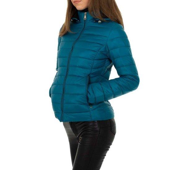 Hippe korte gewatteerde blauwe winter jacket.