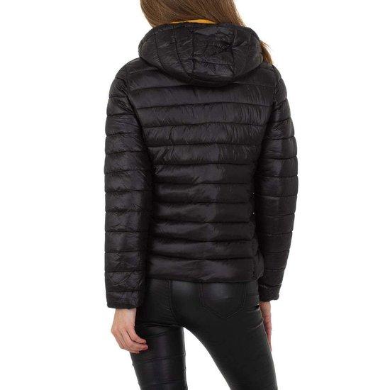 Hippe korte gewatteerde zwarte winter jacket.
