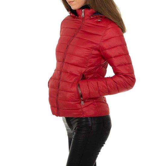 Hippe korte gewatteerde rode winter jacket.
