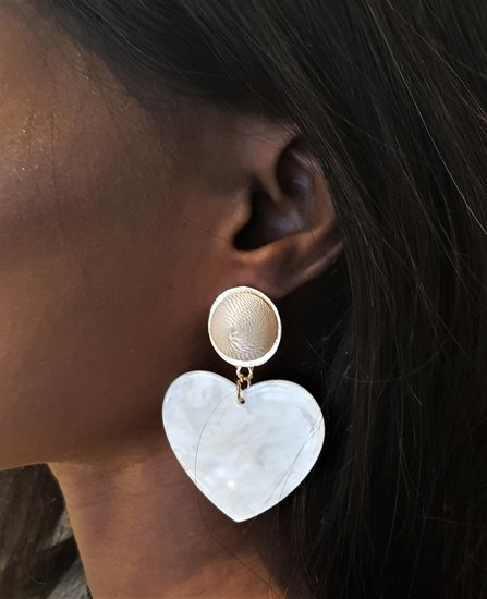 Fashion witte oorbellen in hartvorm.