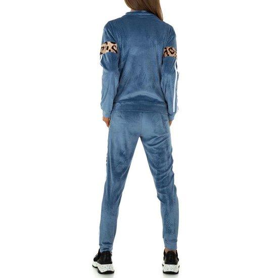 Trendy blauwe loungewear in velvet met luipaard print.
