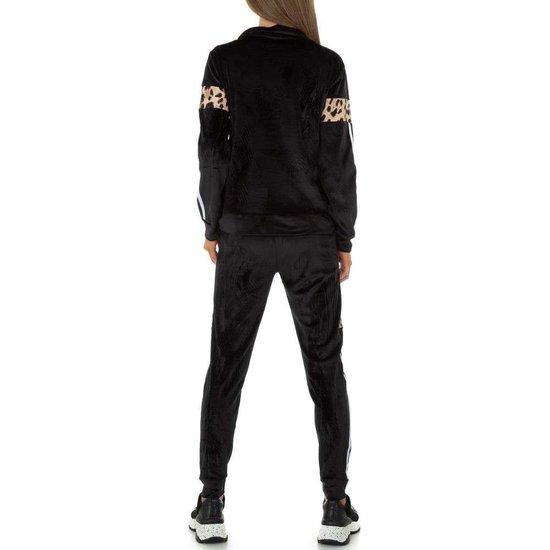 Trendy zwarte loungewear in velvet met luipaard print.