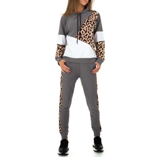 Trendy grijze loungewear in velvet met luipaard print.