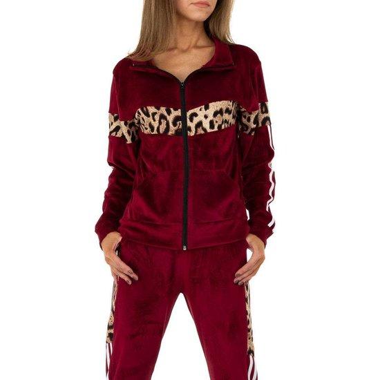 Trendy bordeaux loungewear in velvet met luipaard print.