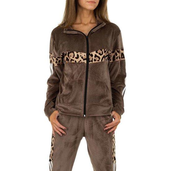 Trendy taupe loungewear in velvet met luipaard print.