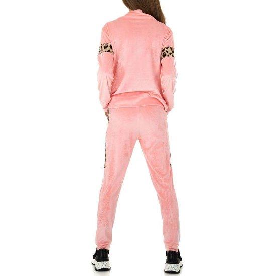 Trendy roze loungewear in velvet met luipaard print.