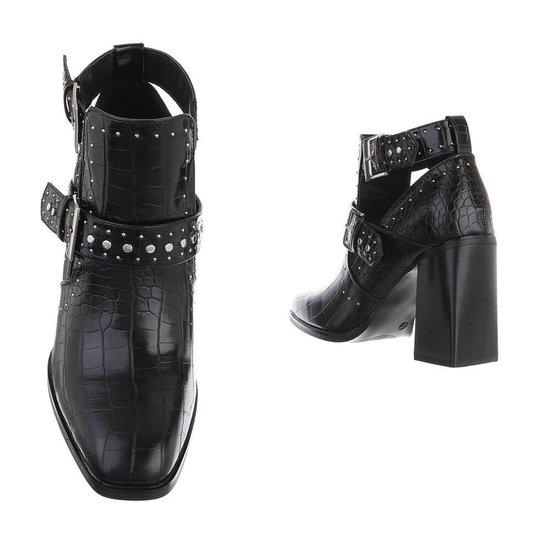 Trendy zwart enkellaarsje met nailheads Loretta.